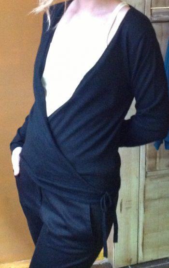 Jersey cruzada de Cachemir muy suave en color negro