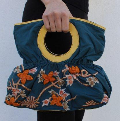 Bolsa de mano en tela con un Bordado a mano de Flores