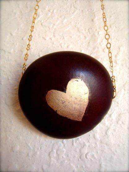 Colgante de Nuez de Congolo con un corazón pintado a mano en Oro