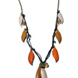 Colgante en forma de hojas de cuero natural pintado a mano y fabricado de manera artesanal